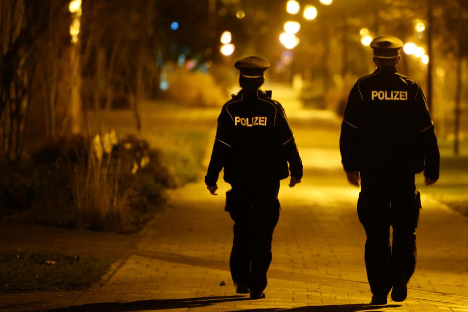 Zwei Polizisten sind nachts in der Stadt unterwegs, um die Einhaltung der Corona-Regeln zu überprüfen. In Hamburg war zwar viel los, insgesamt blieb es aber ruhig. (Symbolfoto)