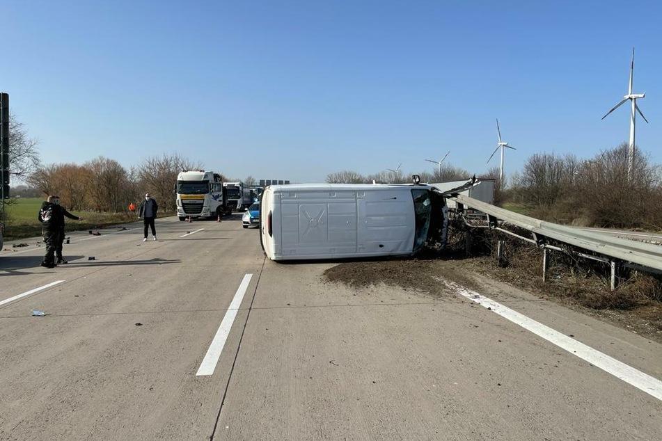Transporter kracht in Leitplanke und kippt um: Fahrer (59) im Krankenhaus