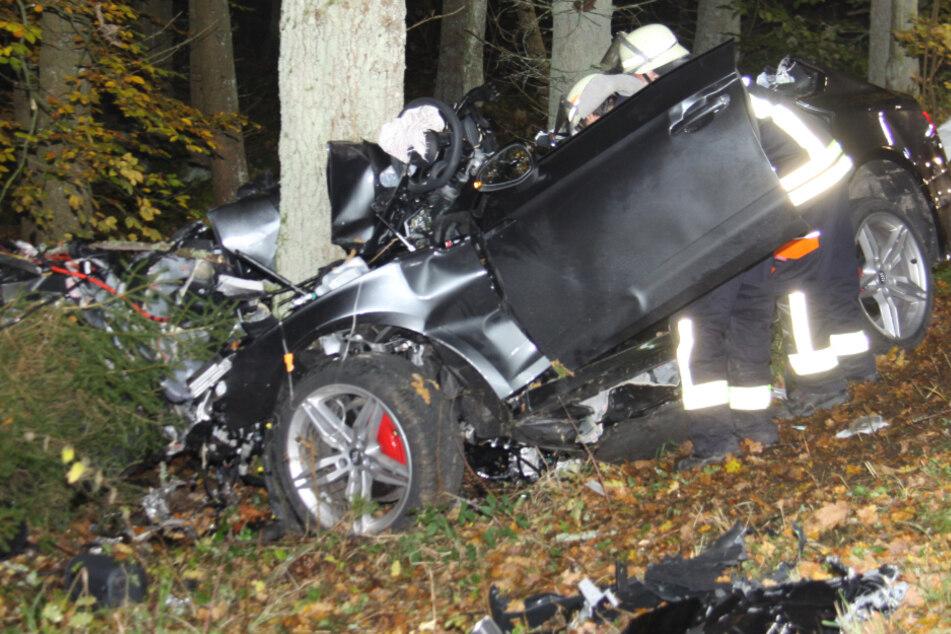 Von dem Audi A5 blieb nach dem Unfall in Bayern nur ein Wrack übrig.