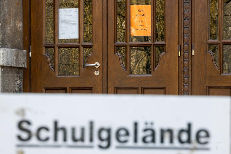 """Ein Schild mit der Aufschrift """"Kein Zutritt, nur Notbetreuung"""" steht an der Eingangstür einer thüringer Schule."""