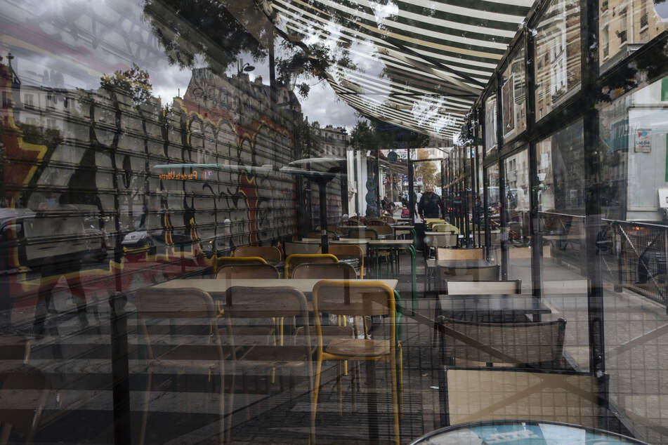 Eine Terrasse eines geschlossenen Cafes ist menschenleer. Aufgrund der steigenden Corona-Zahlen werden in der Stadt alle Bars geschlossen und festliche Zusammenkünfte verboten.