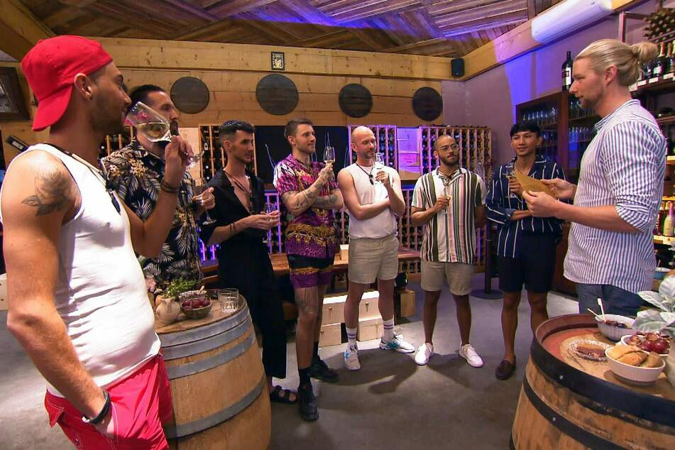 """Beim Wein-Tasting nimmt sich """"Prince Charming"""" Kim (31, r.) gleich sieben Männer zur Brust."""