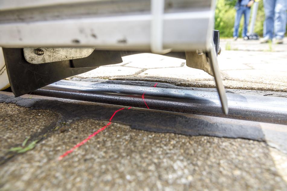 Mit Lasern wird auch gemessen, wie sich die Lore in den Gleisen bewegt.