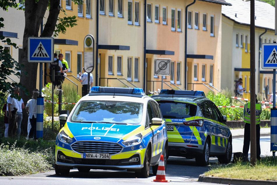 Espelkamp: Polizeibeamte stehen vor einem Haus.