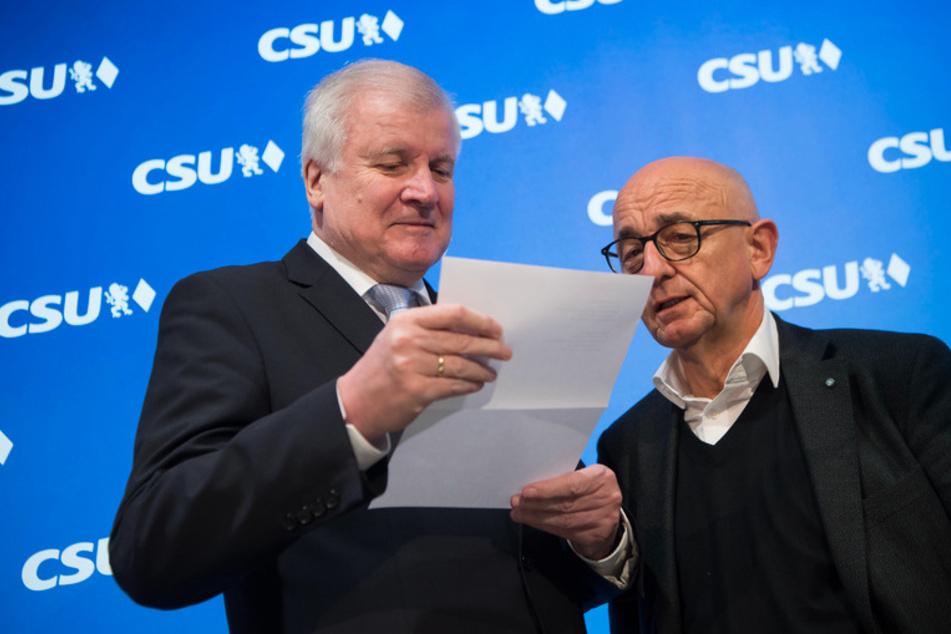 Horst Seehofer (71, l.), Bundesminister des Inneren, Bau und Heimat und damaliger CSU-Parteivorsitzender, und der Landtagsabgeordnete Alfred Sauter (70) schauen sich 2018 einen Brief an.