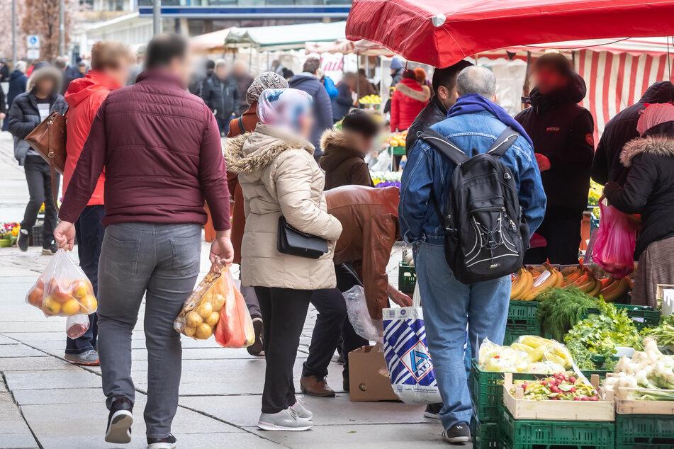 Da war nicht viel mit Sicherheitsabstand: Der Wochenmarkt am Chemnitzer Rathaus wurde am Samstagvormittag sehr gut besucht, Seuchenangst war nicht zu spüren.