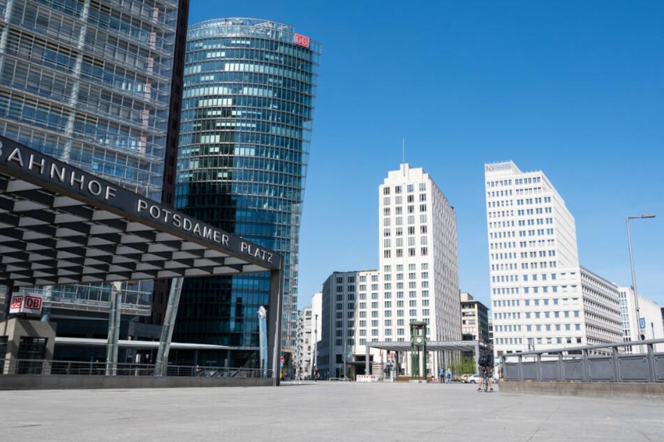 Auf dem Potsdamer Platz sind am Ostersonntag nur wenige Menschen.