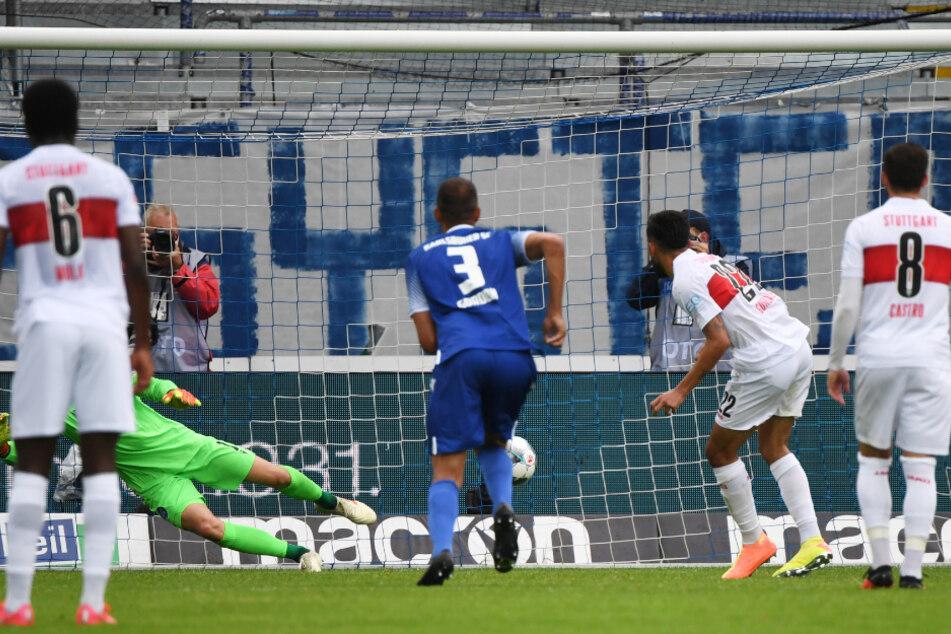 Stuttgarts Nicolas Gonzalez (2.v.r) erzielt per Elfmeter das Tor zum zwischenzeitlichen 1:1 gegen den KSC.