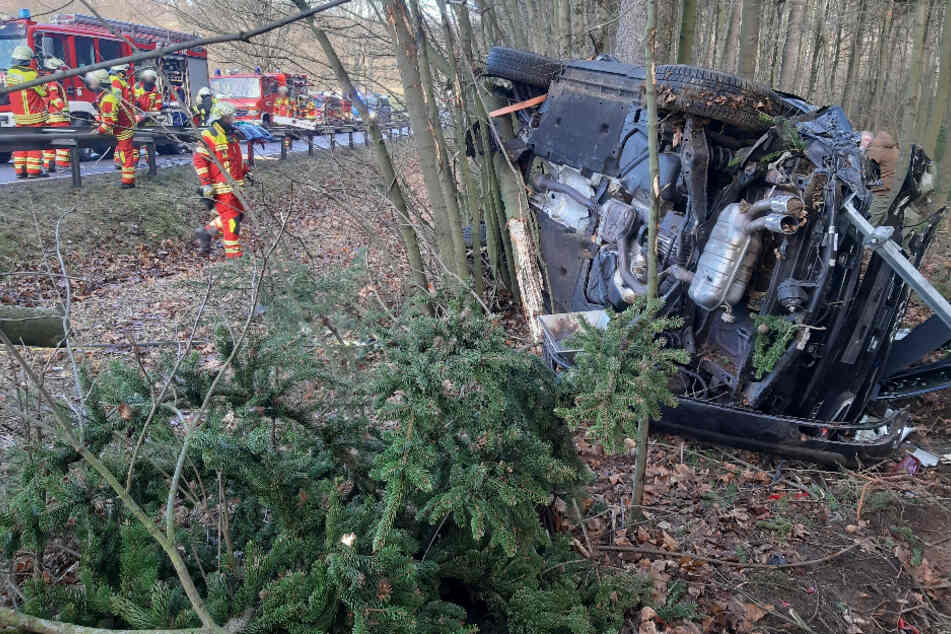 Chemnitz: B101 nach Unfall gesperrt: Audi bleibt zwischen Bäumen liegen