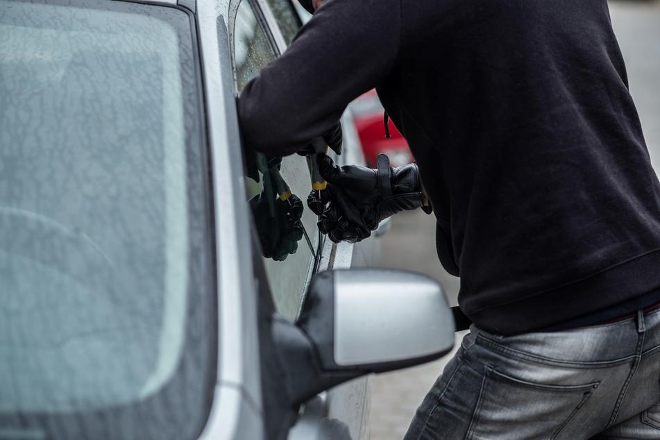 Betrunkener Autoknacker schläft im Wagen ein, Polizei weckt ihn