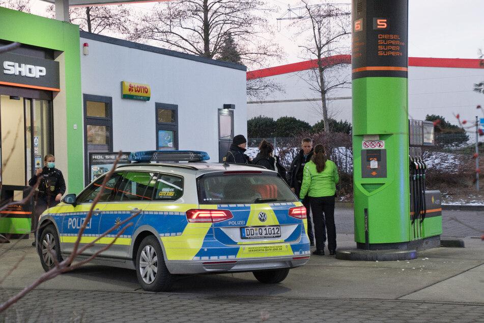 Die Täter bedrohten eine Tankstellenmitarbeiterin und fesselten sie daraufhin. Alles nur, um Bargeld und Zigaretten zu erbeuten.