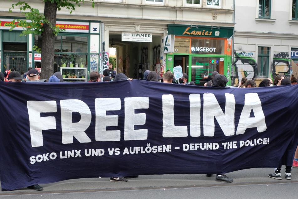 Lina E. war im vergangenen November festgenommen worden. Ihr wird unter anderem Mitgliedschaft in einer kriminellen Vereinigung vorgeworfen. Nach ihrer Festnahme hatte es zahlreiche Demonstrationen in Leipzig gegeben.