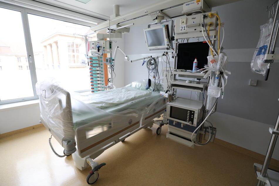 Ein Intensivbett in der perioperativen Intensivtherapie der Klinik und Poliklinik für Anästhesiologie und Intensivtherapie der Universitätsmedizin Rostock.
