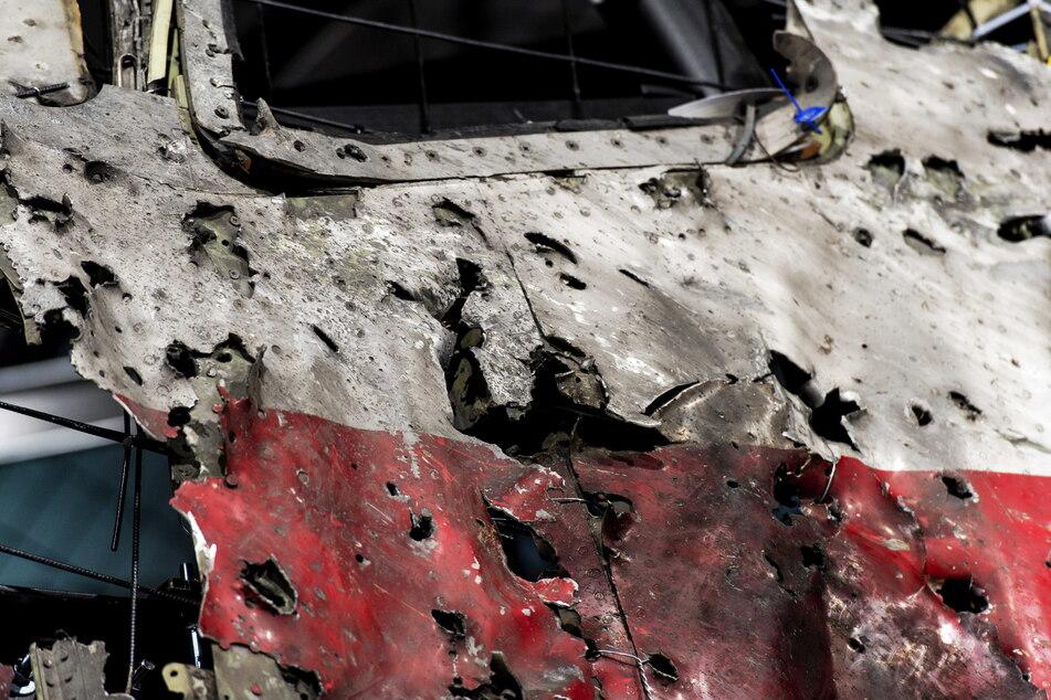 13.10.2015, Niederlande, Gilze En Rijen: Ein Teil des wiederzusammengesetzten Rumpfes des Malaysia Airlines Fluges MH17. (Archivbild)