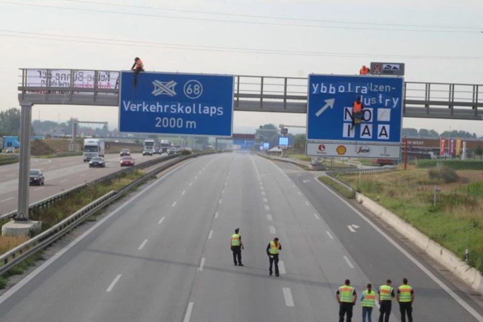 Die IAA-Gegner machten in Bayern auch vor so manchem Autobahnschild nicht Halt.