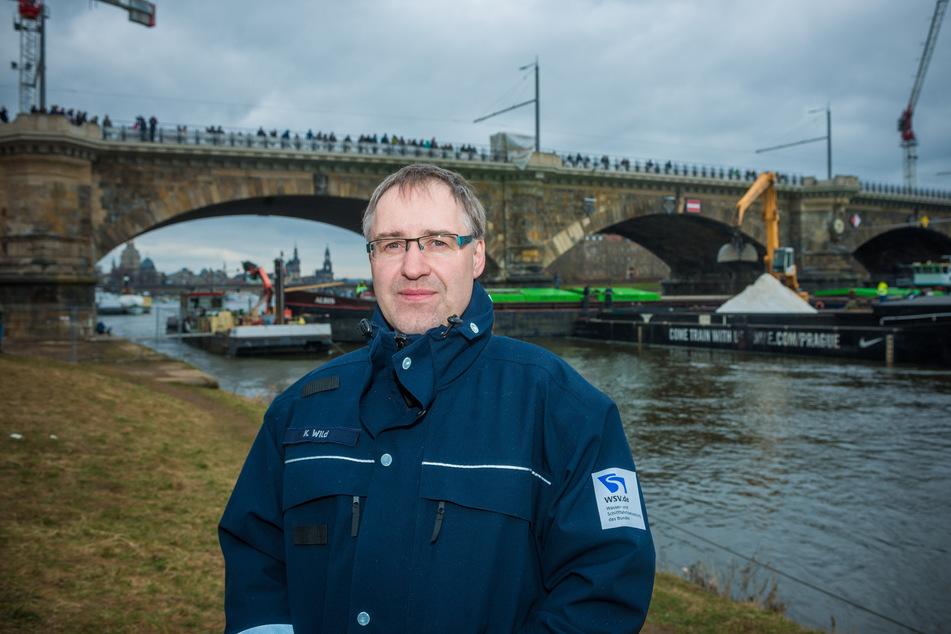 Karsten Wild vom Wasserstraßen- und Schifffahrtsamt warnt vor dem Baden in der Elbe.