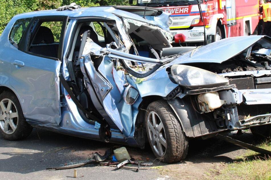 Die 52-jährige Fahrerin wurde in dem Autowrack eingeklemmt und tödlich verletzt.