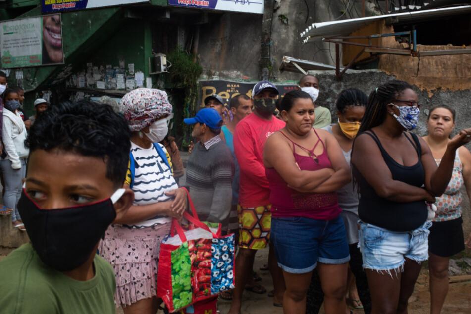 Rio de Janeiro: Jung und Alt warten auf die Lebensmittel, die verteilt werden.