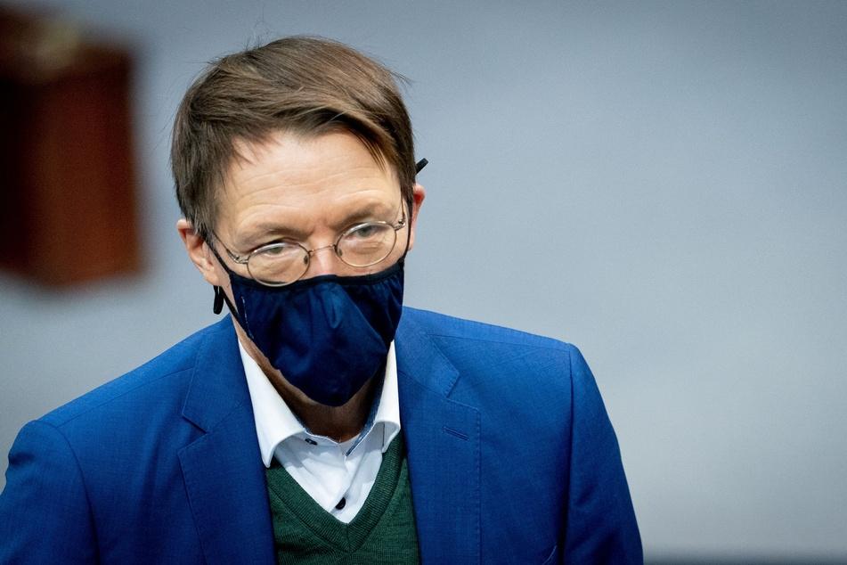 Karl Lauterbach (57, SPD) nimmt mit Mund-Nasenbedeckung an der Sitzung des Bundestages teil.