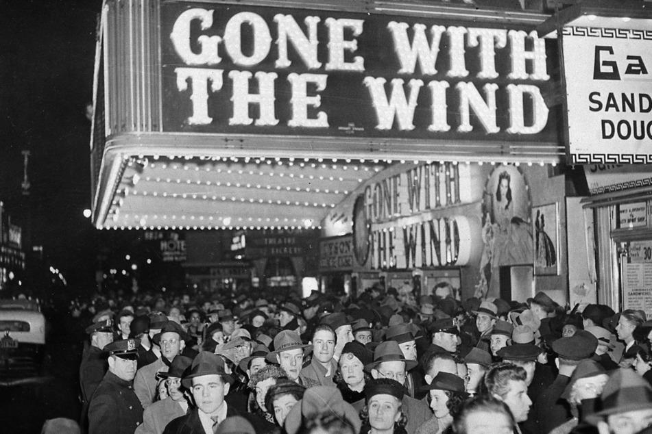 """New York City 1939: Menschen versammeln sich vor dem Astor-Theater am Broadway während der Premiere des Films """"Vom Winde verweht""""."""