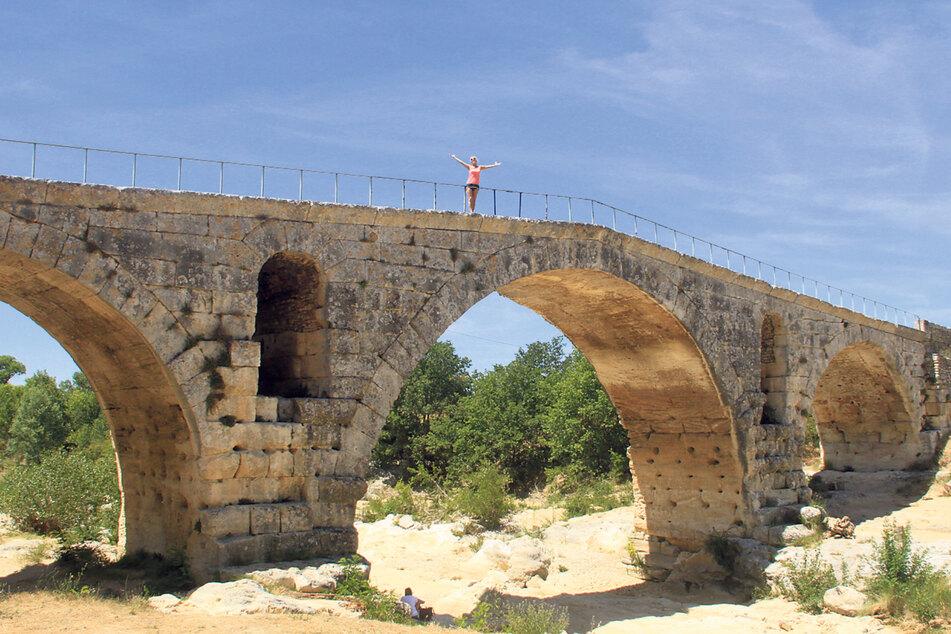 Für Uta Bresan eines der Highlights: Die römische Steinbogenbrücke Pont Julien aus dem Jahr 3. v. Chr.