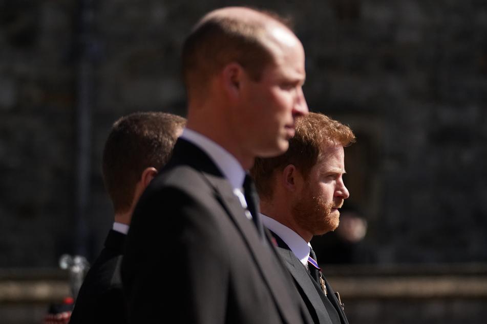 Bei der Beerdigung war die Stimmung zwischen Prinz William (38, l.) und seinem Bruder eher frostig.