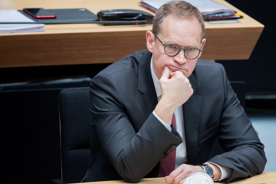Michael Müller (SPD), Regierender Bürgermeister von Berlin, sitzt mit in die Hand gestütztem Kopf bei der 76. Plenarsitzung des Berliner Abgeordnetenhauses auf der Regierungsbank.
