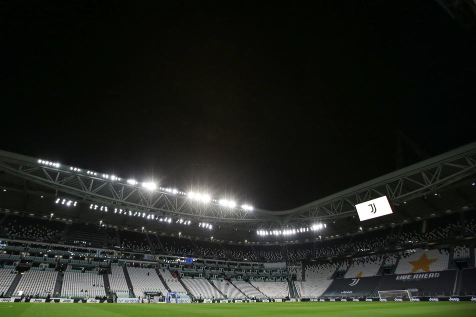 Das nahezu leere Juventus Stadium. Der Schiedsrichter und die Spieler von Juventus Turin haben auf den nicht angereisten Gegner SSC Neapel gewartet. Das Team aus Neapel war wegen zwei Corona-Fällen im Team nicht nach Turin gereist.