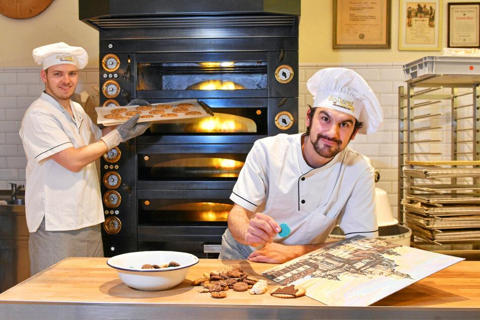 Oliver Groß (33, r.) sortiert die Kekse nach Farben - Licht und Schatten sollen das Keks-Gemälde plastisch machen.