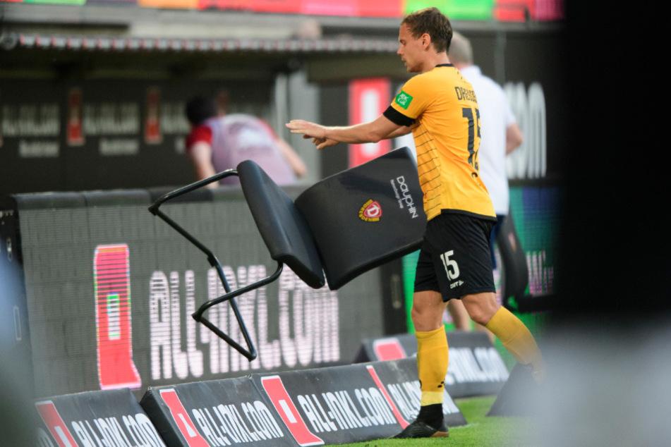 Aber Vogtländer haben Anstand: Chris Löwe, gebürtig in Plauen, stellte den Stuhl kurze Zeit später schwungvoll an seinen Platz zurück.