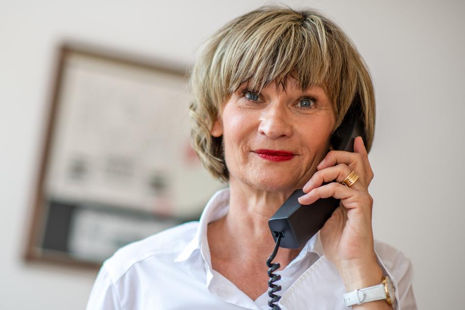 OB Barbara Ludwig (58, SPD) regelt Bürgeranfragen und Rathausgeschäfte am heißen Draht. Am Dienstag telefonierte sie vier Stunden lang.