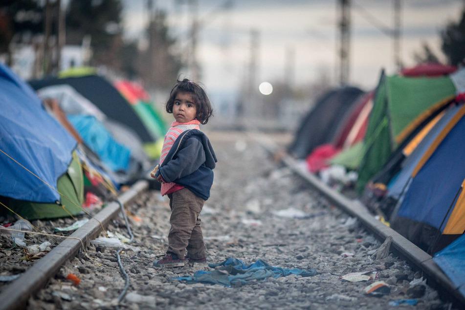 Ein Kind steht in Idomeni in einem Lager für Flüchtlinge an der Grenze zwischen Griechenland und Mazedonien.