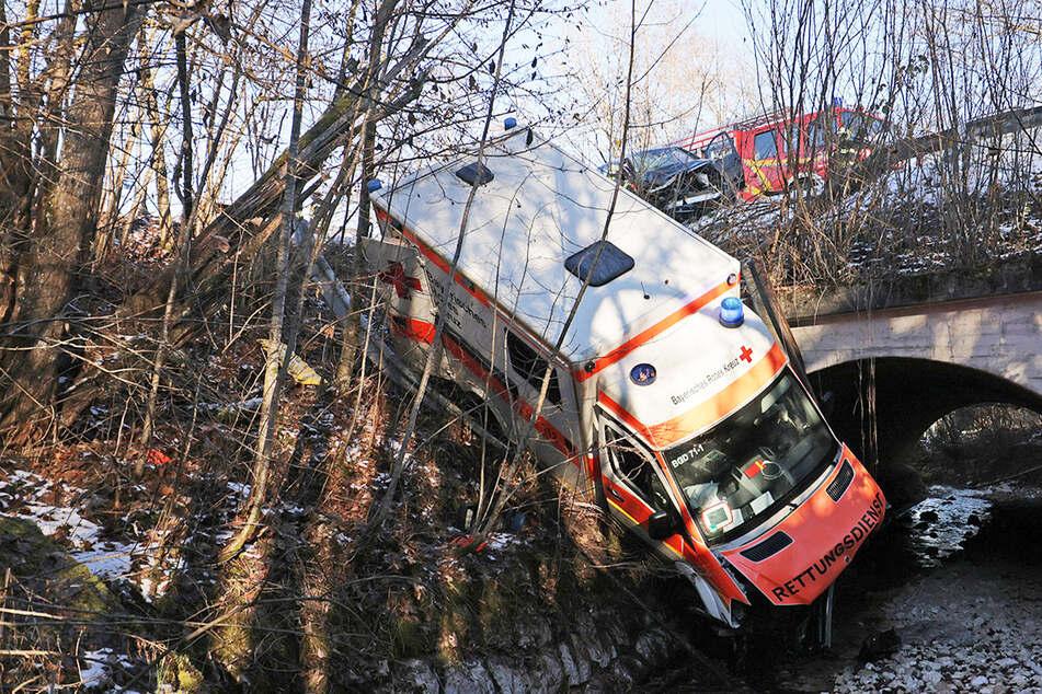 Unfall bei Einsatzfahrt: Rentner fährt in Rettungswagen, vier Verletzte!