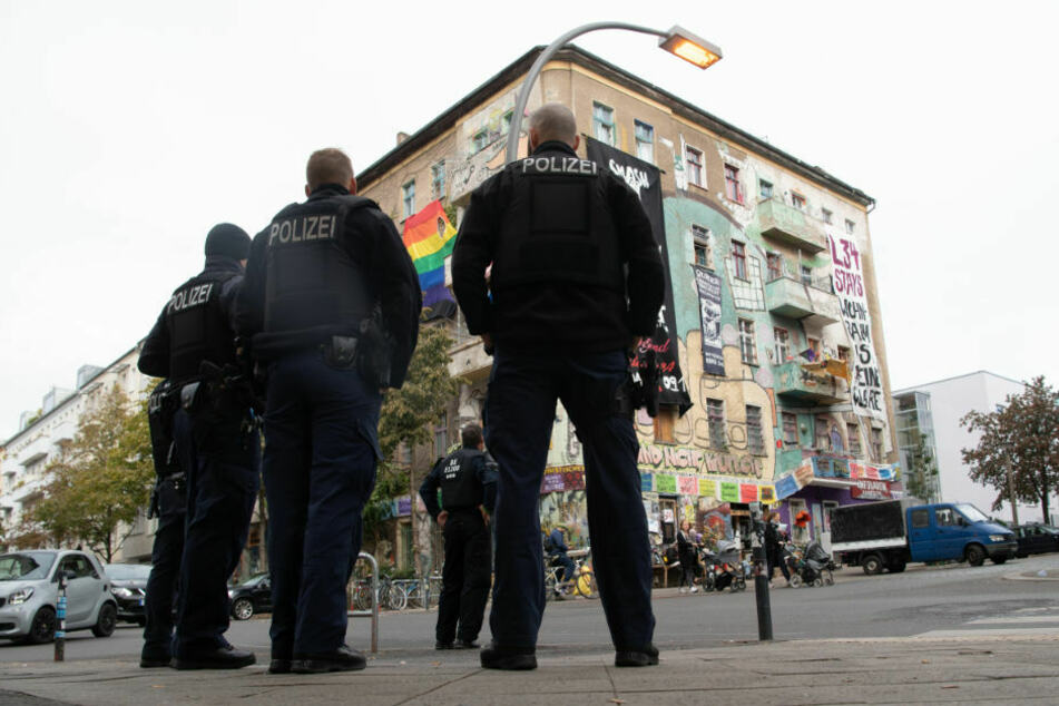 """""""Die Ruhe vor dem Sturm""""? Polizisten stehen vor """"Liebig 34"""". Die Räumung des Hauses mit dem linksradikalen """"anarcha-queer-feministischen Hausprojekt Liebig 34"""" ist für den 09. Oktober 2020 geplant."""