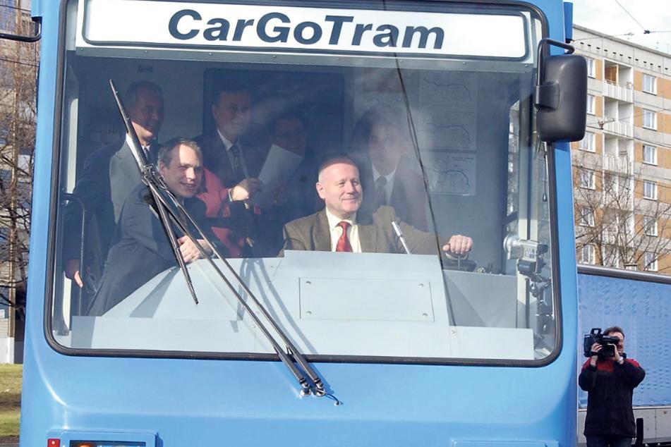 Die erste Fahrt im Februar 2002: Der damalige sächsische Ministerpräsident Georg Milbradt (heute 75, CDU) und der damalige Oberbürgermeister Ingolf Roßberg (vorn links, heute 59, FDP) steuern die Güterstraßenbahn.
