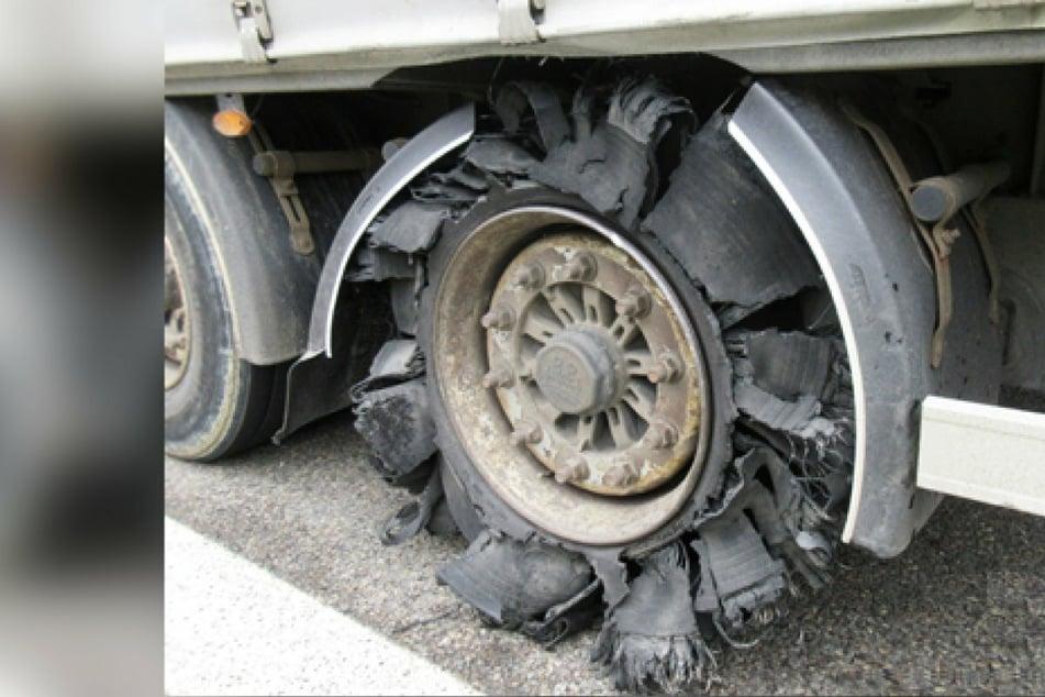 Mit diesen Reifen war ein Laster unterwegs! Polizei stoppt Lkw auf Bundesstraße