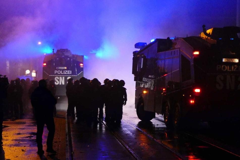 Mit zahlreichen Einsatzkräften wurde mittlerweile die Wolfgang-Heinze-Straße in Connewitz geräumt.