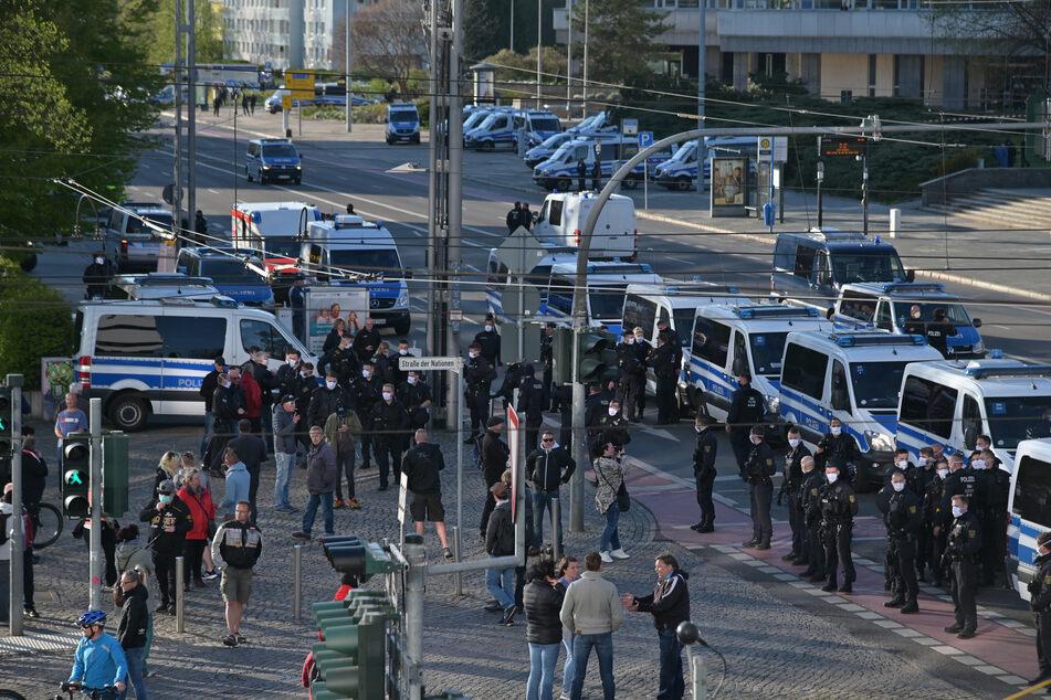 """Im April 2020 demonstrierte """"Pro Chemnitz"""" am Karl-Marx-Kopf gegen die Corona-Maßnahmen. Auch damals kam es zu einem Großaufgebot der Polizei. Die Veranstaltung war allerdings genehmigt."""