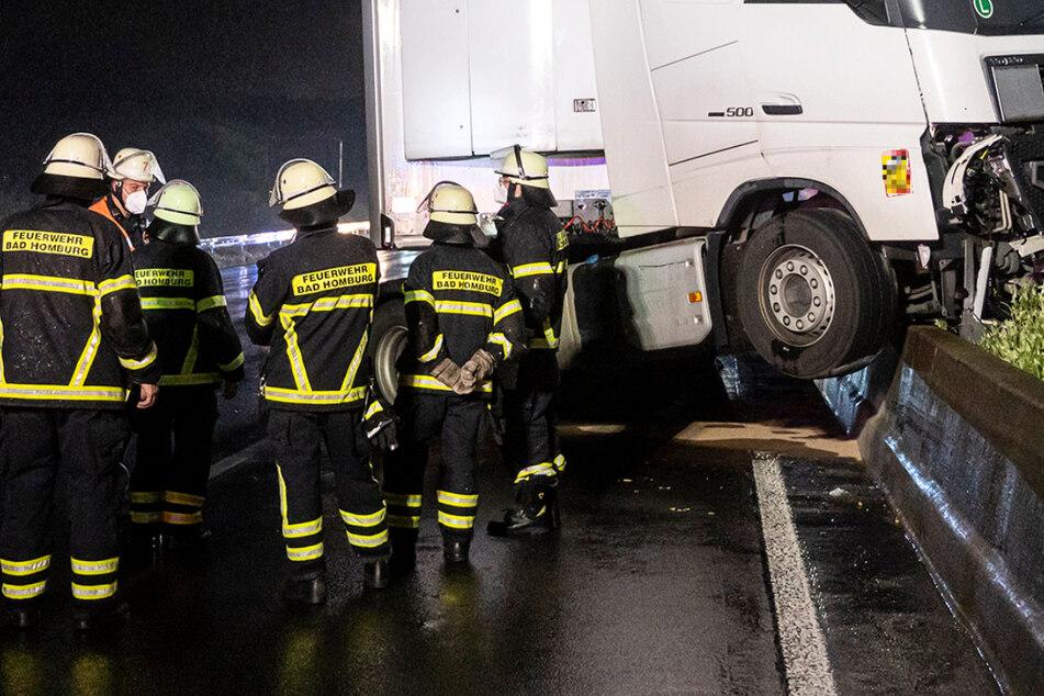 Auf der A5 bei Bad Homburg verunglückte am späten Mittwochabend ein Lastwagen bei heftigem Regen.
