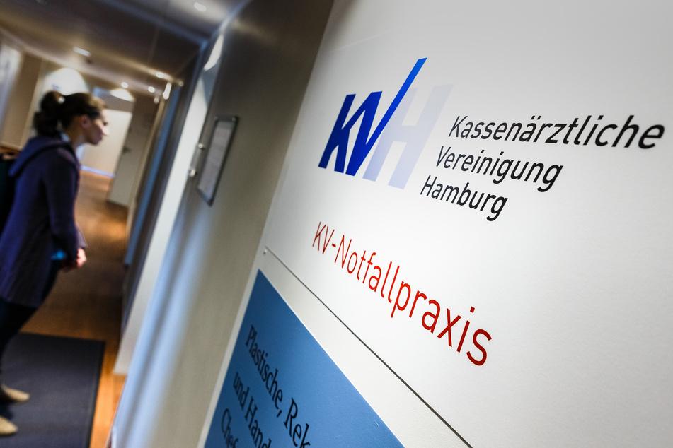 Logo und Schriftzug der Kassenärztlichen Vereinigung Hamburg sind am Eingang einer Notfallpraxis zu sehen.