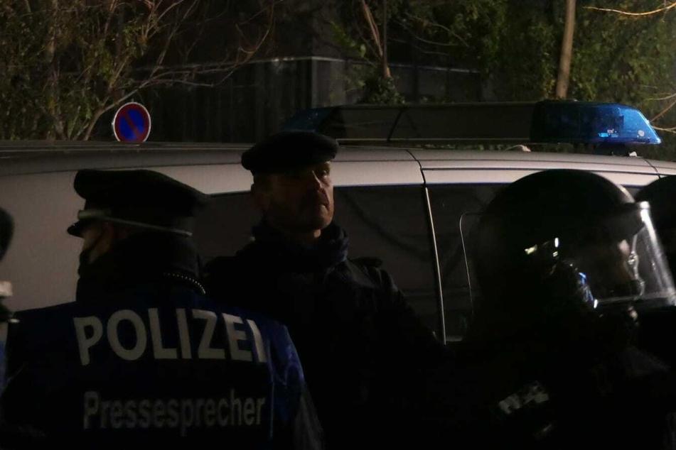 """Der """"Volkslehrer"""" wurde von der Polizei aus der Versammlung gezogen und abgeführt."""