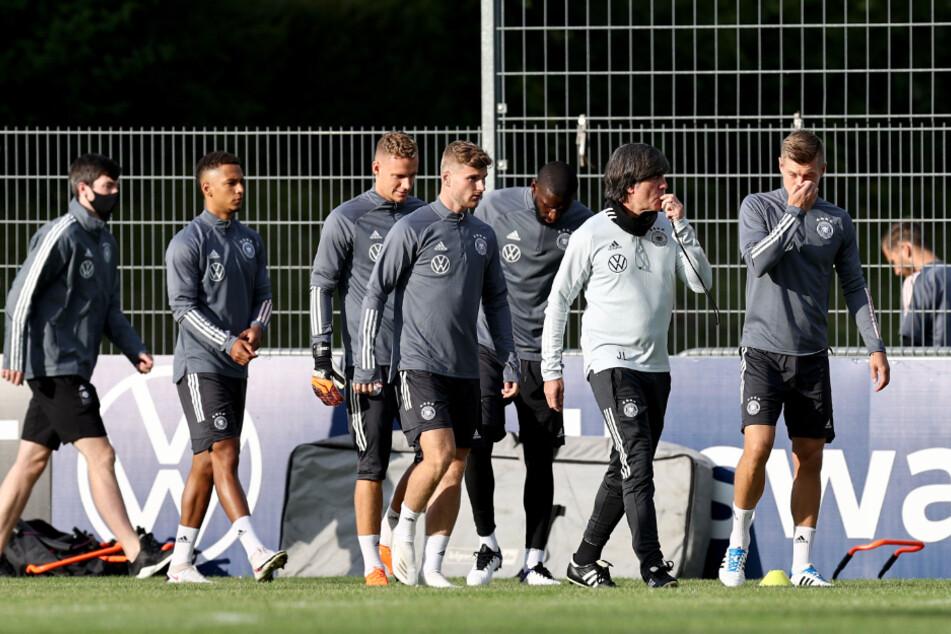 Bundestrainer Joachim Löw (2.v.r.) gibt Anweisungen beim Training der deutschen Fußball-Nationalmannschaft im Stuttgarter ADM Sportpark.