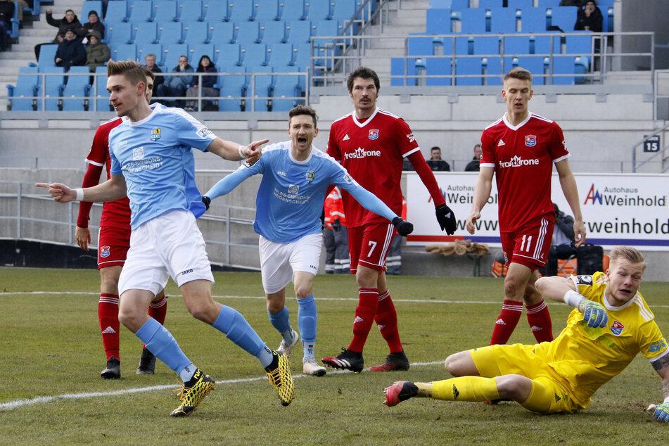 Sören Reddemann (l.) dreht jubelnd ab und wird gleich von Matti Langer eingefangen.