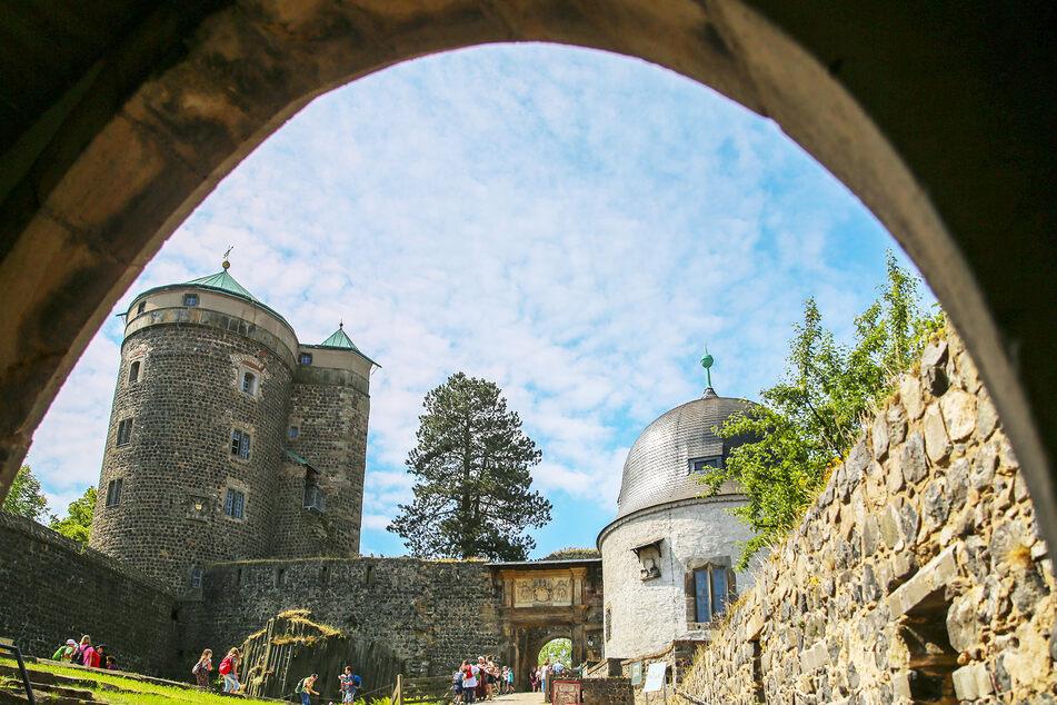 Auf Burg Stolpen steht der tiefste in Naturstein belassene Basaltbrunnen der Welt.
