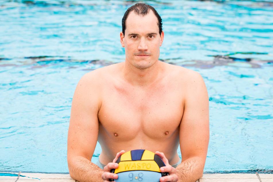 Wasserballspieler Julian Real (30 posiert im Schwimmbecken des Volksbads Limmer für ein Foto. (Archivbild)