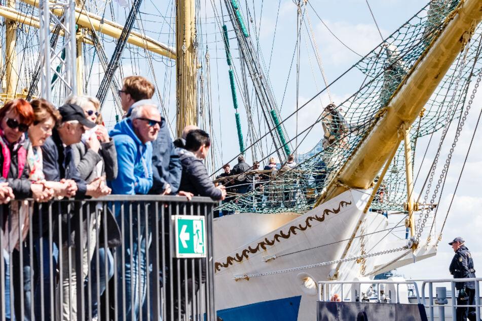 Der russische Großsegler Mir liegt am letzten Tag des 830. Hamburger Hafengeburtstags im Jahr 2019 an den Landungsbrücken.