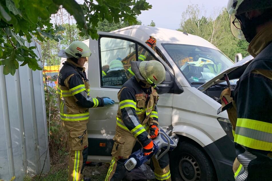 Die Beifahrertür des Transporters wurde mit hydraulischem Gerät abgetrennt.