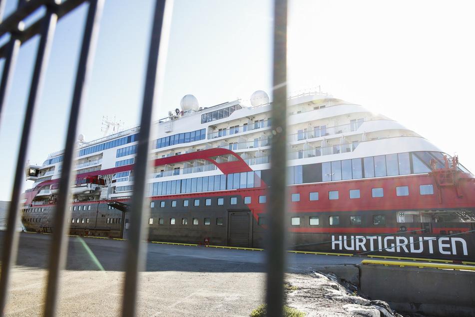 """Das Passagierschiff """"MS Roald Amundsen"""" liegt am Kai."""