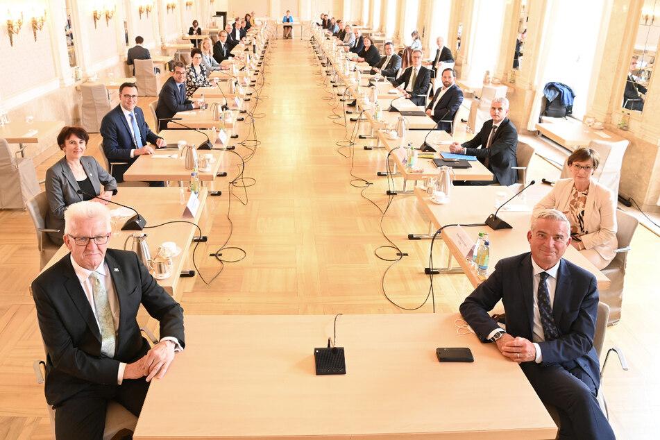 Stuttgart, 12. Mai: Winfried Kretschmann (Die Grünen, links) und Thomas Strobl (61, CDU, rechts), in der ersten Kabinettsitzung der neuen Regierung.