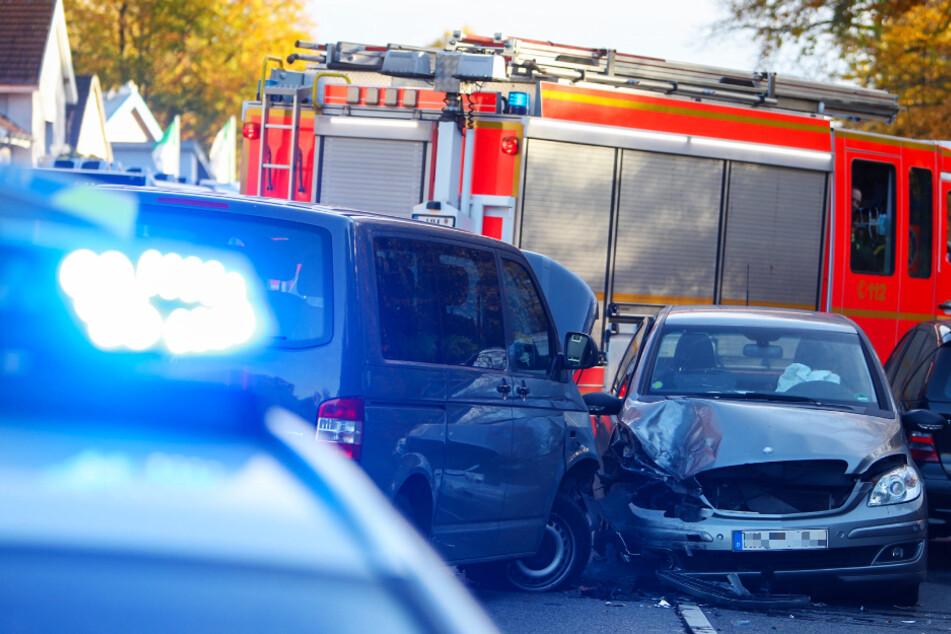 Sekundenschlaf? Mercedes kracht in Gegenverkehr mit VW-Bus zusammen!